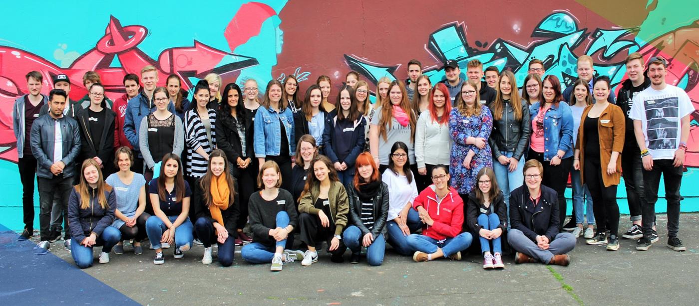 Freiwilligendienst RLP: Gruppe von jungen Freiwilligen im FSJ Ganztagsschule